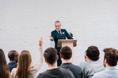 Photo pour Joyeux orateur pointant du doigt un journaliste à main levée - image libre de droit