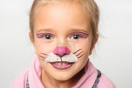 Photo pour Portrait d'un enfant souriant avec muselière de chat sur le visage - image libre de droit