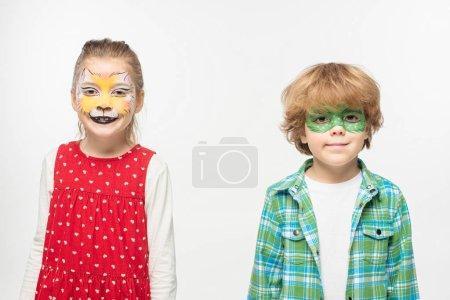 Foto de Amigos lindos con muzzles de gato y pinturas de máscara de gecko en caras que miran a la cámara aislada en blanco. - Imagen libre de derechos