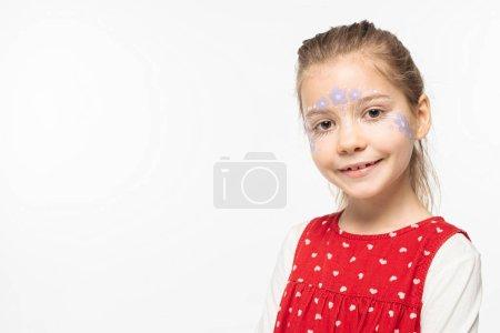 Photo pour Enfant souriant avec peinture florale sur le visage en regardant la caméra isolée sur blanc - image libre de droit