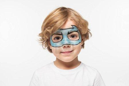 Photo pour Adorable garçon avec masque de super-héros peint sur le visage souriant à la caméra isolé sur blanc - image libre de droit