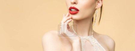 Photo pour Plan panoramique de jeune femme touchant le visage isolé sur beige - image libre de droit