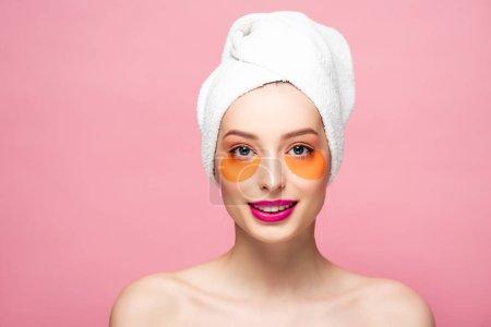 Photo pour Joyeuse fille nue avec des patchs pour les yeux isolés sur rose - image libre de droit
