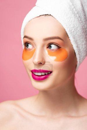 Photo pour Sourire fille nue avec des patchs pour les yeux isolés sur rose - image libre de droit