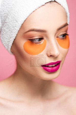 Photo pour Attractive nue girl with eye patches on face looking away isolated on pink - image libre de droit