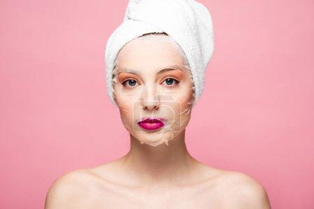 Photo pour Jeune femme nue dans un masque hydratant isolé sur rose - image libre de droit