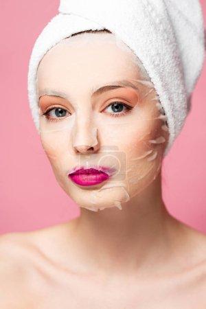 Photo pour Jeune femme nue en masque visage hydratant regardant la caméra isolée sur rose - image libre de droit