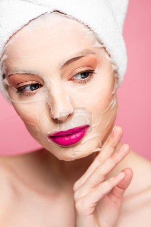 Photo pour Fille nue dans hydratant masque visage regardant loin isolé sur rose - image libre de droit