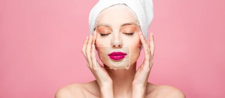 Photo pour Panoramic shot of naked woman in moisturizing face mask with closed eyes isolated on pink - image libre de droit