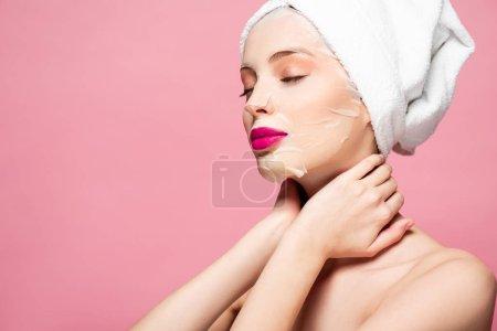 Photo pour Une jeune femme en masque hydratant avec les yeux fermés isolés sur le rose - image libre de droit