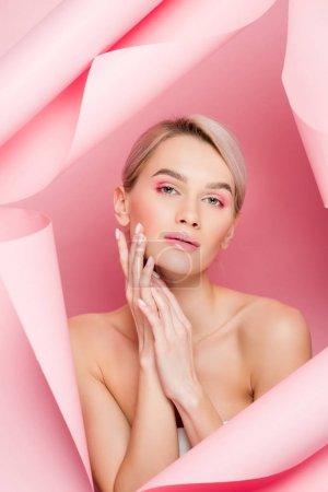 Photo pour Belle tendre fille au maquillage rose en papier déchiré, en rose - image libre de droit