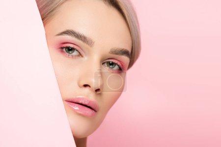 Photo pour Belle fille avec maquillage rose et papier, isolée sur rose - image libre de droit