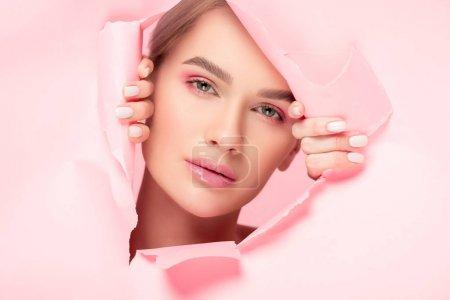 Photo pour Belle fille à la peau parfaite en papier déchiré, isolée sur rose - image libre de droit