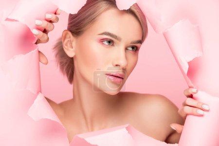 Photo pour Fille nue avec peau parfaite en papier déchiré, isolée sur rose - image libre de droit