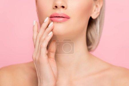 Photo pour Vue en coupe d'une fille tendre à la peau parfaite, isolée sur rose - image libre de droit