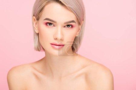 Photo pour Belle fille nue avec peau parfaite et maquillage rose, isolée sur rose - image libre de droit