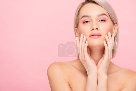 Photo pour Belle fille nue tendre à la peau parfaite, isolée sur rose - image libre de droit