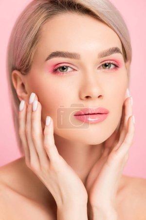 Foto de Atractiva mujer tierna con piel perfecta, aislada del rosa - Imagen libre de derechos