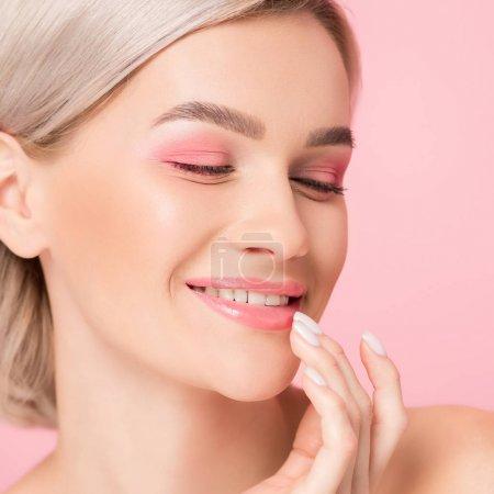 Photo pour Belle fille souriante aux lèvres de maquillage roses, isolée sur rose - image libre de droit