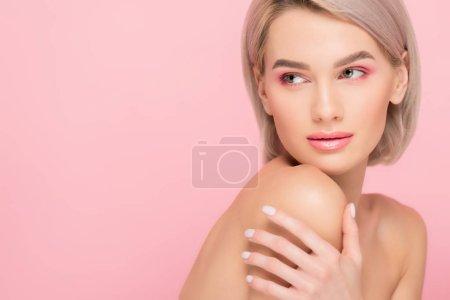 Photo pour Fillette nue tendre avec peau propre, isolée sur rose - image libre de droit