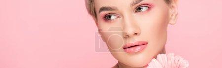 Photo pour Plan panoramique de belle fille tendre avec fleur rose, isolé sur rose - image libre de droit