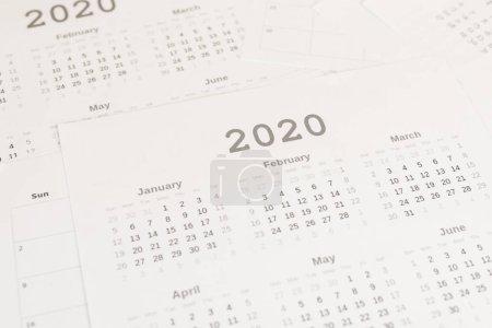Photo pour Vue à grand angle des calendriers sur papier de 2020 ans - image libre de droit