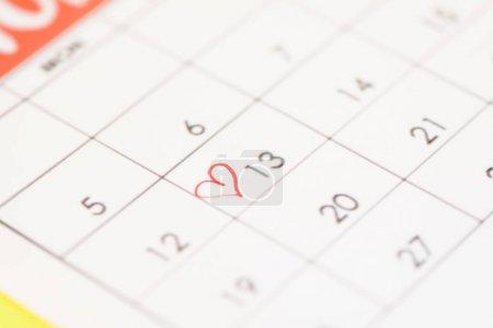 Photo pour Mise au point sélective du calendrier avec signe cardiaque sur fond jaune - image libre de droit