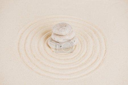 Photo pour Empilement de pierres zen sur la surface du sable avec des cercles - image libre de droit