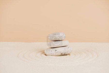 Photo pour Pierres zen sur sable avec cercles sur fond beige - image libre de droit