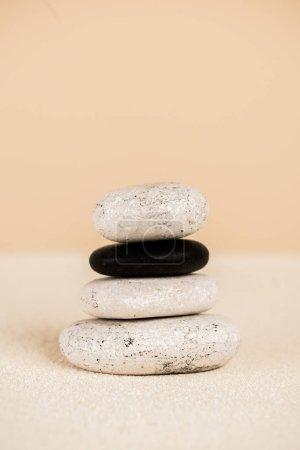 Photo pour Vue rapprochée des pierres zen naturelles sur sable sur fond beige - image libre de droit