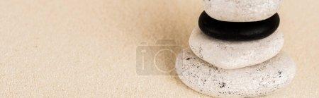 Photo pour Vue panoramique des pierres zen sur la surface du sable avec espace de copie - image libre de droit
