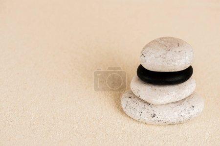 Photo pour Vue rapprochée des pierres zen sur la surface du sable - image libre de droit