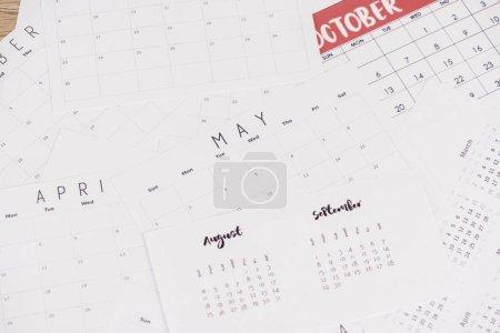 Photo pour Vue à grand angle de calendriers avec bouches sur une surface en bois - image libre de droit