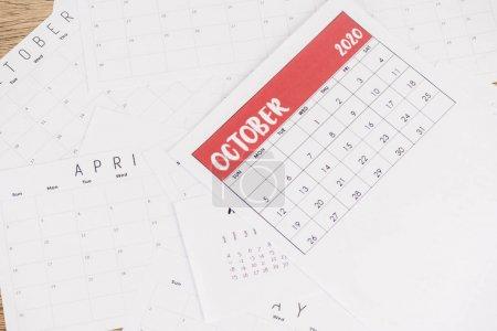Photo pour Haut de page des calendriers mensuels sur papier et fond en bois - image libre de droit
