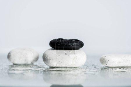 Photo pour Dos et pierres blanches zen avec gouttes d'eau sur verre mouillé sur fond gris - image libre de droit