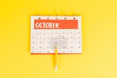 Photo pour Vue du dessus du crayon sur le calendrier avec le mois de novembre sur fond jaune - image libre de droit