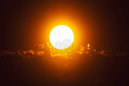 Photo pour Scène de bataille avec des soldats jouets et coucher de soleil sur fond noir - image libre de droit
