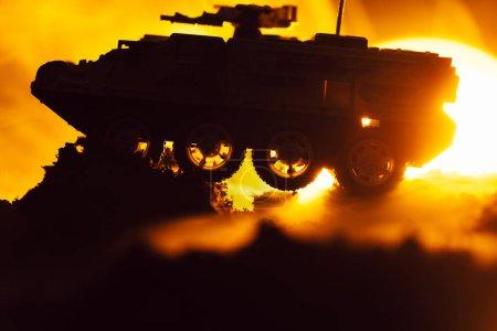 Photo pour Scène de combat avec char à jouets en feu et coucher du soleil à l'arrière-plan - image libre de droit