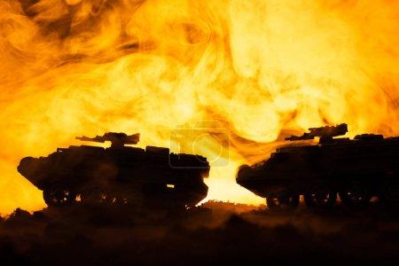 Foto de Juego de batalla con tanques de juguete y fuego en segundo plano - Imagen libre de derechos