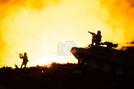 Photo pour Soldats en jouet, chars et explosion sur le champ de bataille avec feu en arrière-plan - image libre de droit