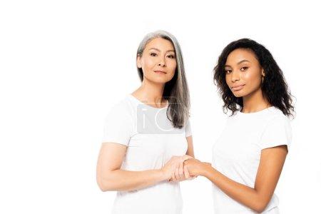 Photo pour Jolies Africaines d'Amérique et d'Asie tenant les mains isolées sur du blanc - image libre de droit