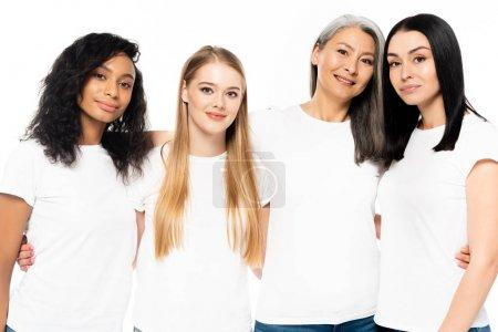 Photo pour Joyeuses femmes multiculturelles en t-shirts blancs regardant la caméra isolée sur - image libre de droit