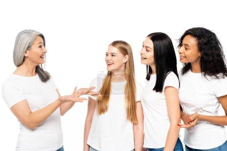 cuatro mujeres multiculturales sonriendo aisladas en blanco