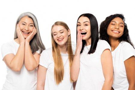 Photo pour Quatre femmes multiculturelles joyeuses souriantes isolées sur un blanc - image libre de droit