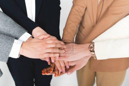 Photo pour Point de vue des femmes d'affaires multiculturelles se serrant les mains isolées sur le blanc - image libre de droit