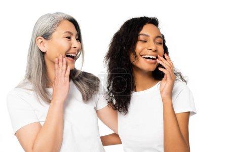 Photo pour Joyeuses femmes africaines américaines et asiatiques riant isolées sur le blanc - image libre de droit