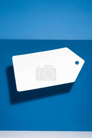Photo pour Blanc grand prix blanc sur fond bleu - image libre de droit