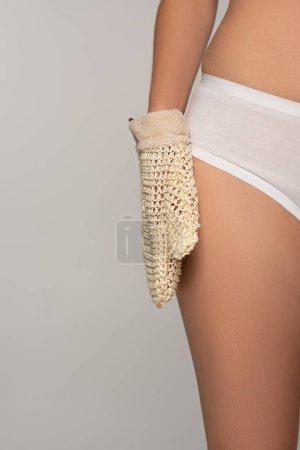 Photo pour Vue recadrée de la femme avec une peau parfaite tenant gant exfoliant, isolé sur gris - image libre de droit