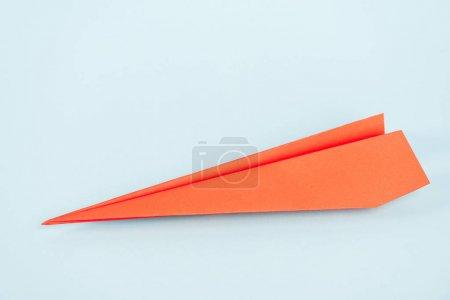 Photo pour Plan orange en papier sur fond bleu avec espace de reproduction - image libre de droit