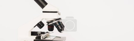 Photo pour Prise de vue panoramique du microscope moderne isolé sur blanc - image libre de droit